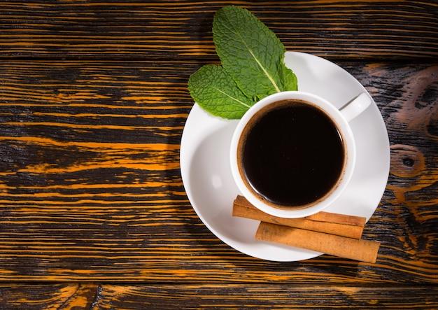 茶葉とシナモンドリンクのトップダウンビュー
