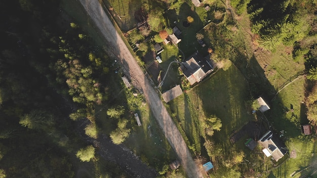 カラフルな田舎道の山の谷の空中秋の自然風景コテージのトップダウン村