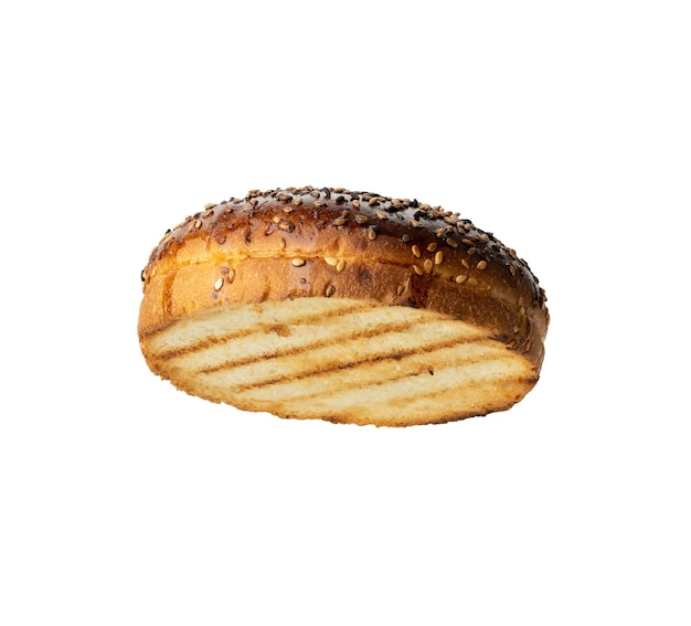 햄버거 참깨와 흰 밀가루로 만든 구운 둥근 롤빵의 상단 절반, 흰색 표면에 고립 된 음식