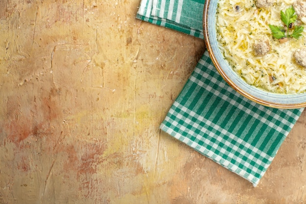 Mezza vista dall'alto azero erishte in ciotola su asciugamano da cucina su sfondo beige