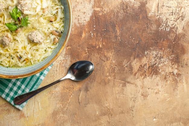 Mezza vista dall'alto azero erishte in una ciotola un cucchiaio su sfondo beige