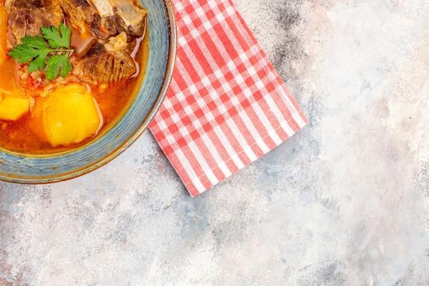 Asciugamano da cucina zuppa bozbash vista dall'alto su sfondo nudo