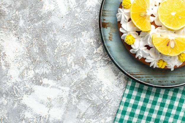 白いペストリークリームとレモンスライスの上半分ビューケーキ