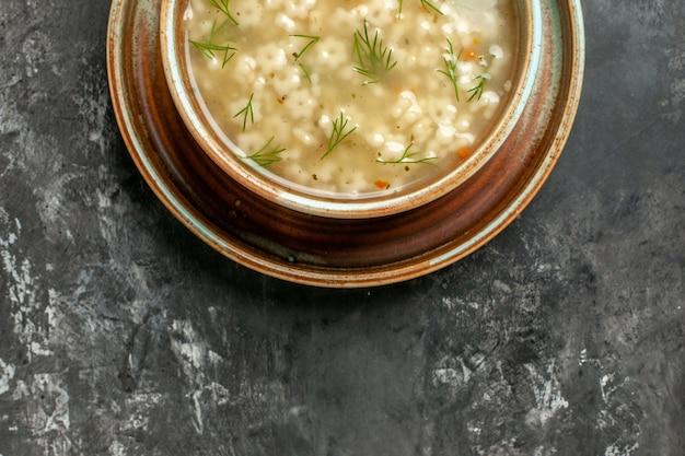 暗い背景のボウルに上半分ビュースタースープ