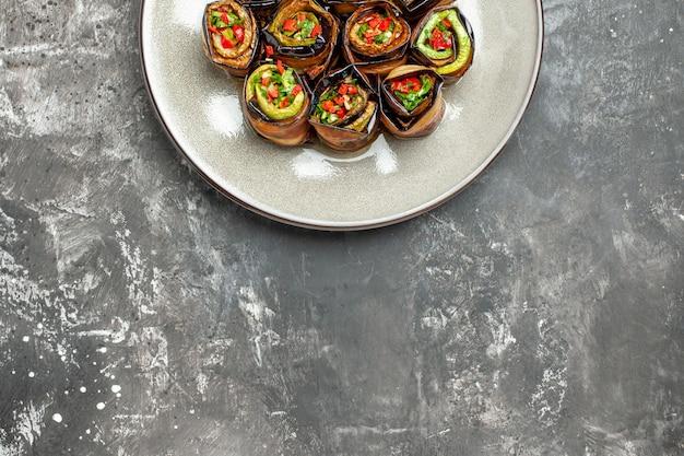 上半分のビューの詰め物茄子は、空きスペースのある灰色の背景にロールバックします