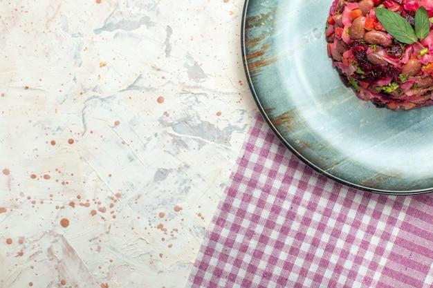 Верхняя половина вид салата винегрет на овальной тарелке
