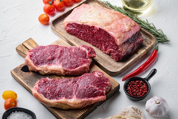 トップロイン、新鮮な有機牛肉のカット、白いテーブル