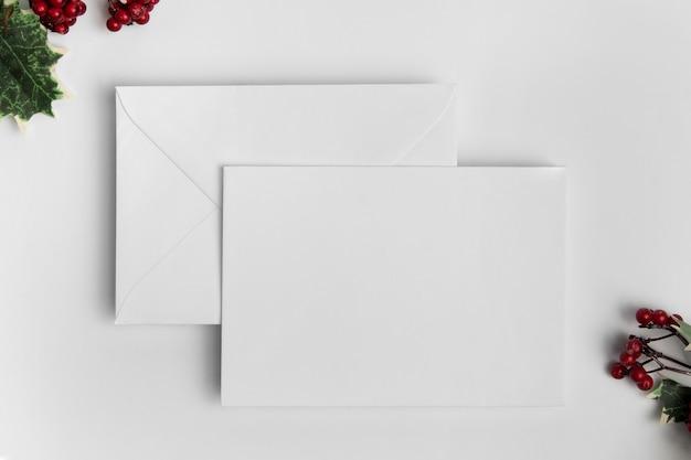 봉투와 함께 크리스마스 빈 카드의 상단