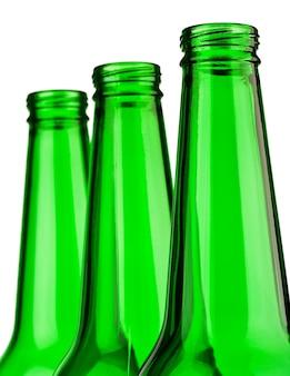 Верхняя часть зеленых бутылок изолирована