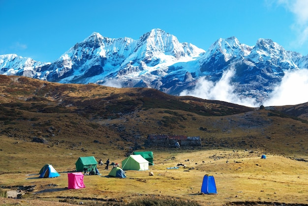 Вершина высоких гор, покрытых снегом. канченджанга, индия.