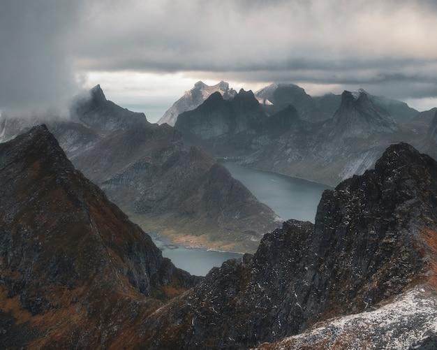 로 포텐 제도의 폭풍우가 치는 하늘 아래 피오르드 위의 munken 산 꼭대기