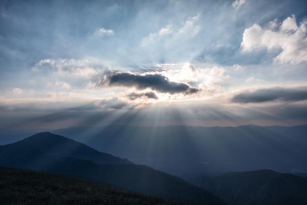 夕方の背景に日没前の空と山の頂上ビュー