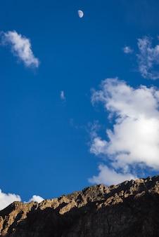 青い空と半月の山の頂上。