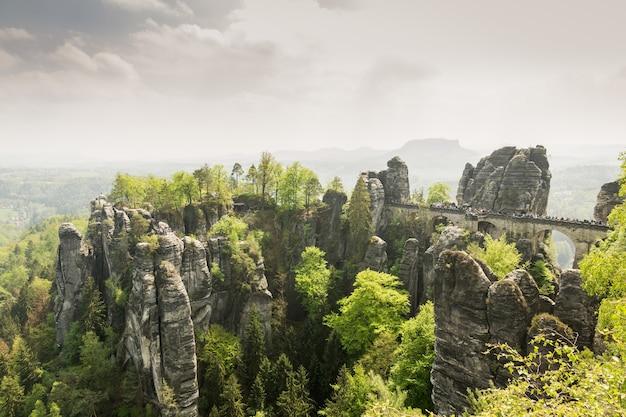 Вершина скалистых гор, природа европы. летний туризм и путешествия, известные европейские достопримечательности, популярные места