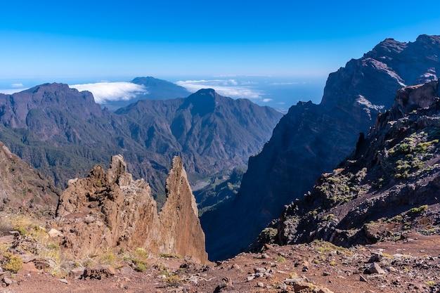 Вершина вулкана кальдера-де-табуриенте недалеко от роке-де-лос-мучачос и невероятный пейзаж ла-пальма, канарские острова. испания