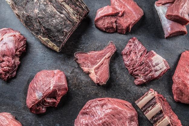 精肉店での最高の品揃え生の牛肉。