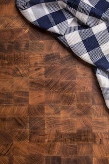 空の木製の肉屋のボード上のビューの市松模様のテーブルクロス。