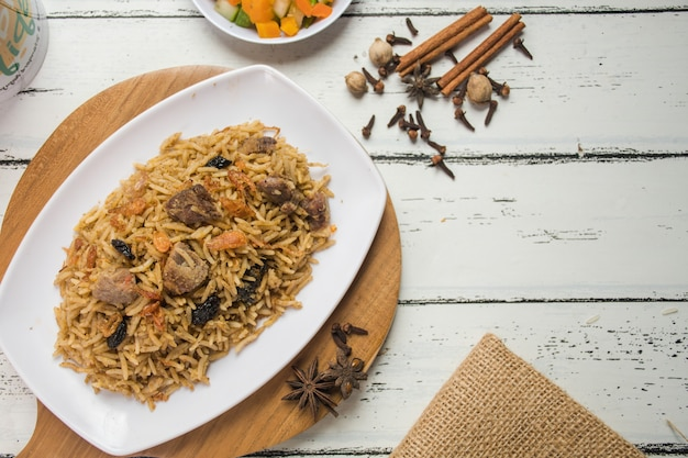 중동 아라비아의 전형적인 요리 토핑에 건포도와 양파를 섞은 케불리 쌀