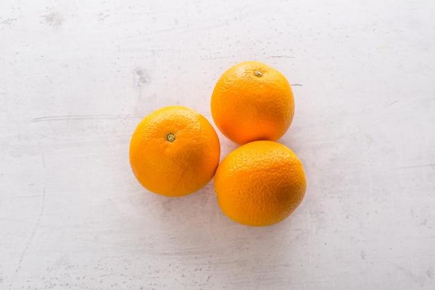 흰색 콘크리트 보드에 주황색 보기의 맨 위입니다.