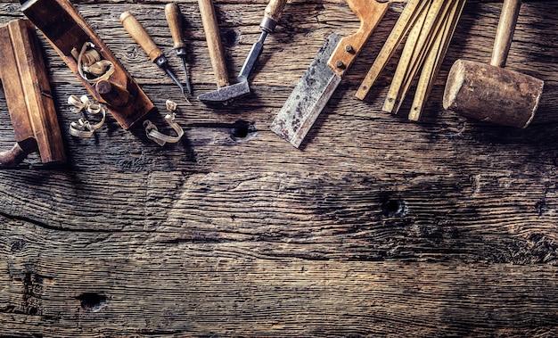 Вид сверху старинных плотницких инструментов в столярной мастерской