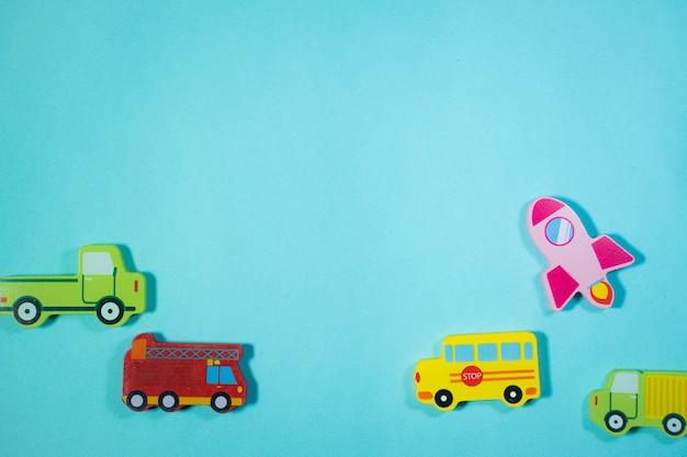 ビューのトップブルーの背景に木製の車のおもちゃ車のおもちゃの背景
