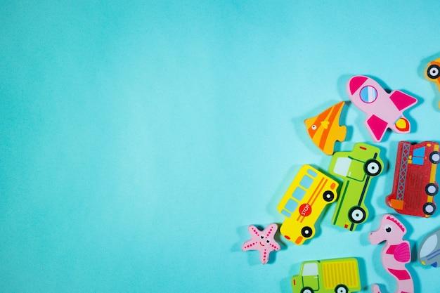 上のビュー木のおもちゃの車と青い背景の海の動物テーブルのおもちゃ