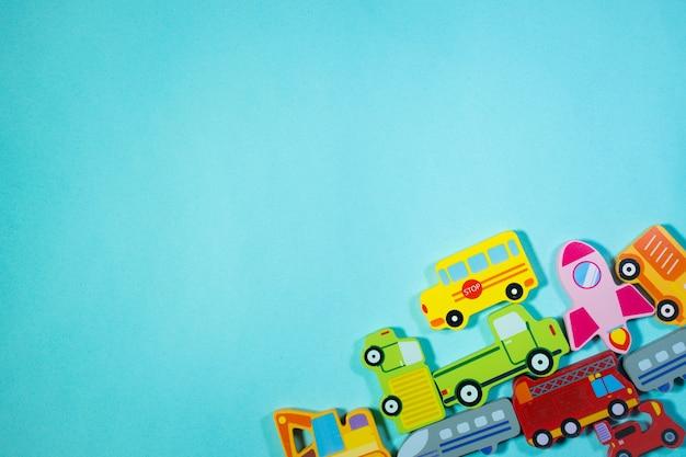 ビューのトップブルーの背景に木製の輸送玩具車のおもちゃの背景