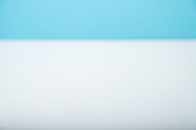 青い背景の上の白いテーブルの上部