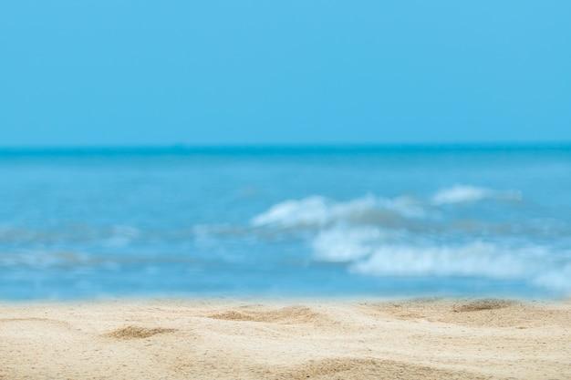 Вершина деревянного стола с размытым фоном моря и пальмы