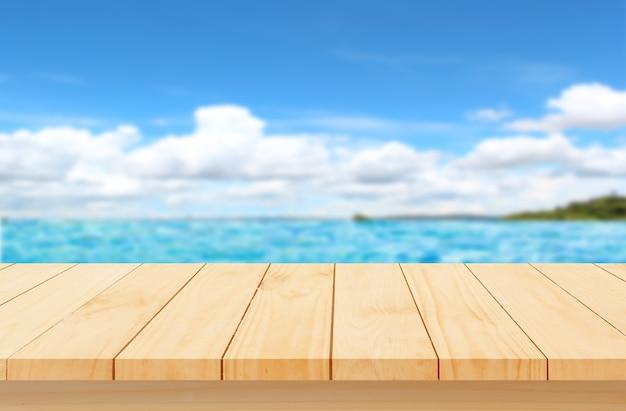 Столешница из дерева с размытым морем пусто для монтажа дисплея продукта концепция пляжа летом