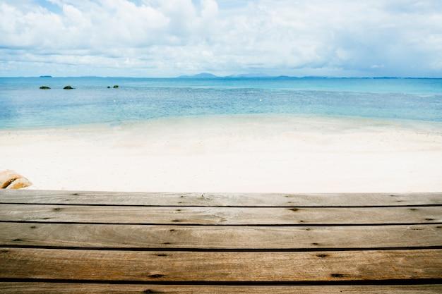 바다와 푸른 하늘 나무 테이블의 상단