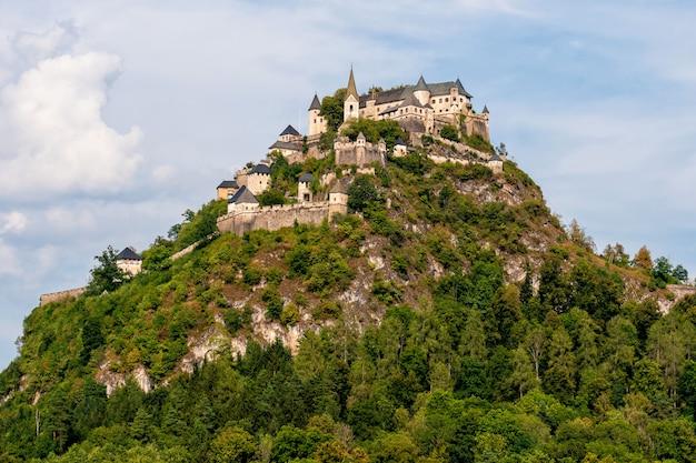 Верхняя часть замка гохостервитц на горном холме в австрии