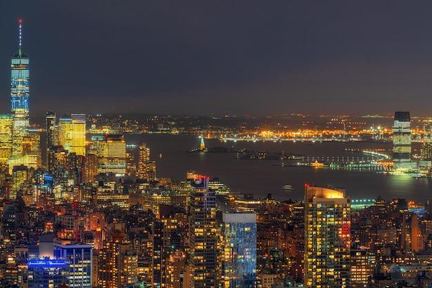 夕暮れ時、米国のダウンタウンのスカイラインでより低いマンハッタンのニューヨーク市の都市景観のトップシーン