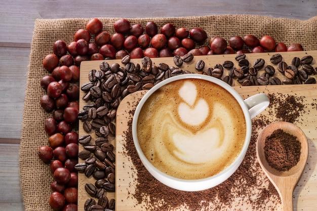 라떼 커피 컵과 커피 콩의 최고 샷