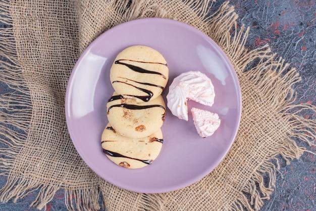 ピンクのプレートにチョコレートソースとパンケーキのトップスタック。上面図