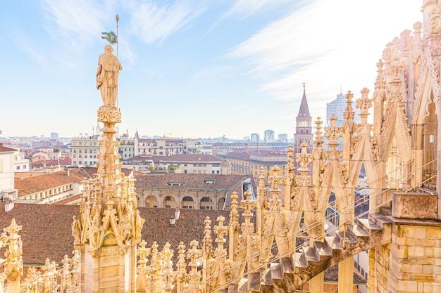Главная достопримечательность миланский собор дуомо на площади в милане, ломбардия, италия