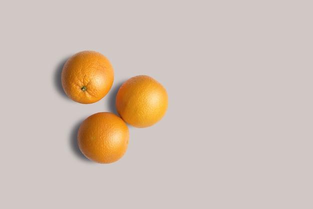 회색 배경에 고립보기 신선한 오렌지를 위로 올려. 디자인 프로젝트에 적합합니다.