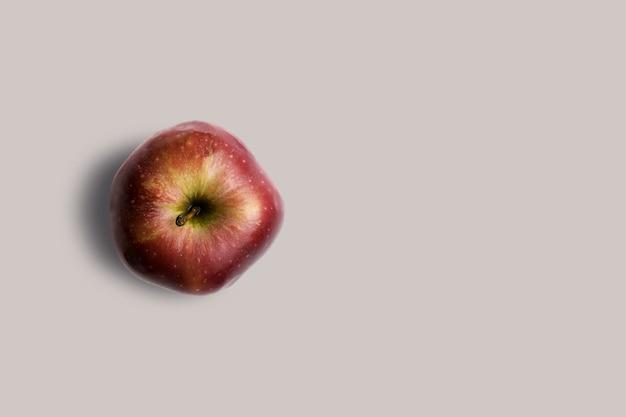 회색 배경에 고립 된보기 신선한 빨간 사과를 위로 올려. 디자인 프로젝트에 적합합니다.