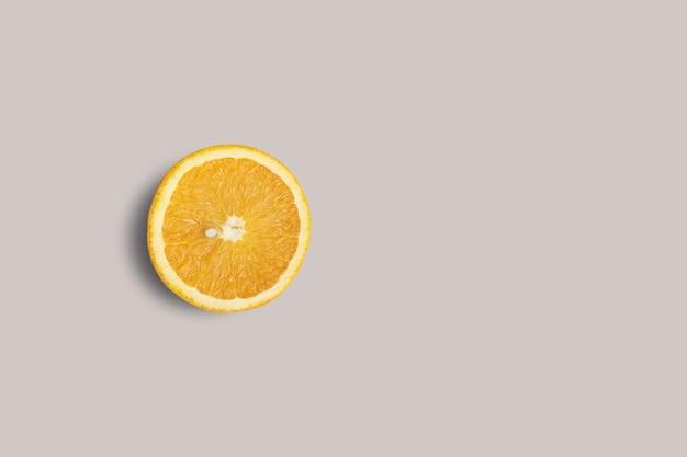 회색 배경에 고립보기 신선한 슬라이스 오렌지를 위로 올려. 디자인 프로젝트에 적합합니다.