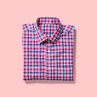 분홍색 배경에 고립 접힌보기 셔츠를 위로 가기. 디자인 프로젝트에 적합합니다.