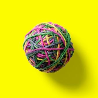 黄色で隔離のカラフルなジュートボールを上から見ます。