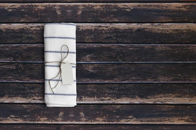 Сверху вид салфетку для посуды на темном деревянном винтажном столе. добавлено место для текста, подходящее для фона концепции еды или напитков.