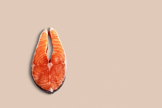 Верхний вид свежих сырых стейков лосося. изолированные на белом. подходит для вашего элемента дизайна.