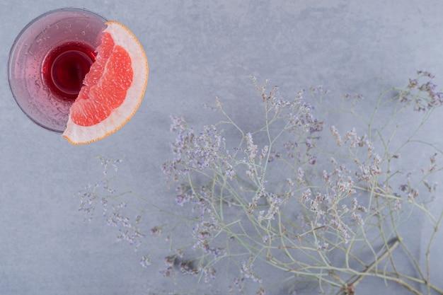 Vista superiore della fetta di pompelmo e del succo fresco