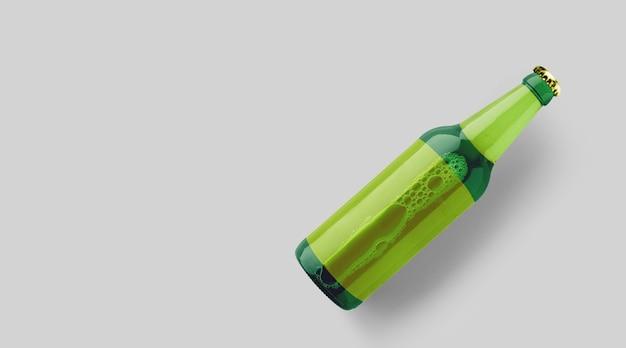 회색 배경에 격리된 빈 노란색 템플릿이 있는 위쪽 보기 녹색 맥주 병. 맥주 축제 개념입니다.