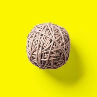 黄色で分離されたトップアップビュージュートボール。