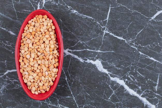 빨간색 그릇에 마른 완두콩의보기를 위로 가기.