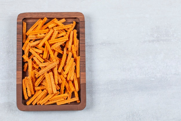 Верхний вид картофеля фри на деревянной тарелке.