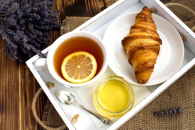 Верхний вид завтрака на белом деревянном подносе