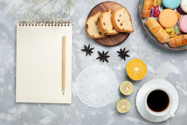 최고 경쟁 프랑스 마카롱 베이글과 흰색 차 한잔